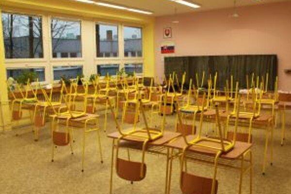 Triedy na základnej škole vo Vrakuni ostali prázdne.