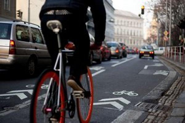 Na Špitálskej ulici pribudol cyklopiktogramový koridor. Kraj vozovky však obsahuje nerovnosti.
