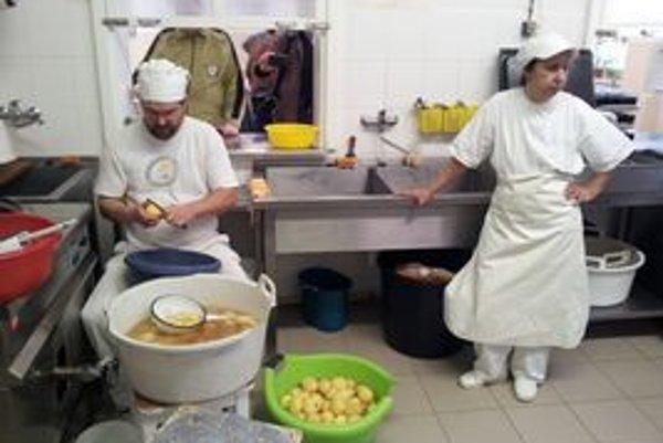 Kuchári a kuchárky dúfajú, že za viac práce bude aj viac peňazí.