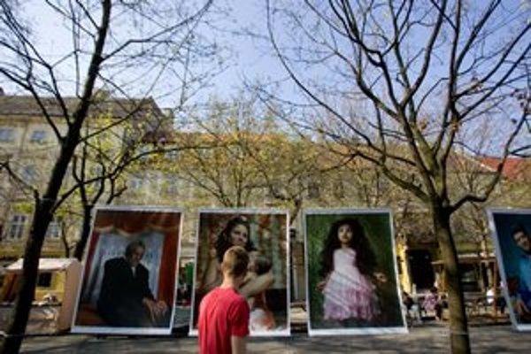 Z výstavy Beautiful People na Hviezdoslavovom námestí.