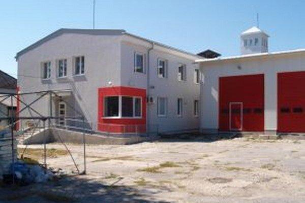 Hasičská stanica v Žiari. Navonok vyzerá ako dokončená, projekt však nie je ani v polovici.