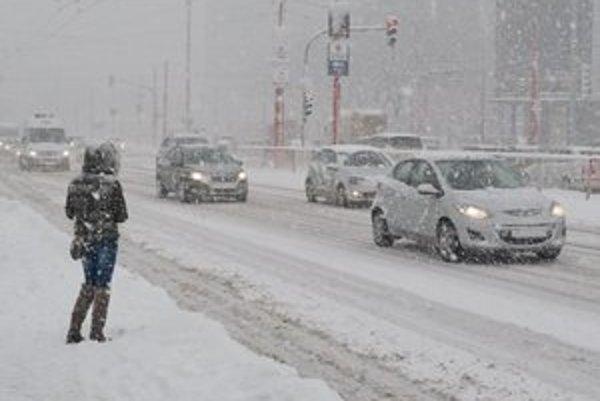 Bratislavu už od včerajška opäť trápi sneh.