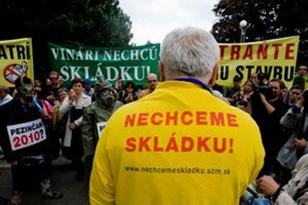 Proti skládke Pezinčania a aktivisti v máji 2010 protestovali pred Úradom vlády.