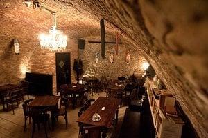 Kaviareň Pod kamenným stromom funguje v historickej pivnici. V lete má aj teresu, v zime trh.