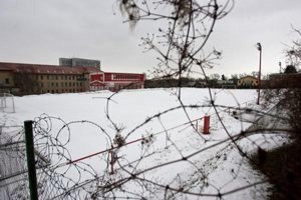 Mladí futbalisti od dnes nemajú možnosť vstupu do futbalového areálu na Karloveskej 3.