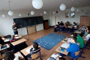 V gymnáziu pre nadané deti sa učiteľ chodí pozerať do zošitu každému, kto sa prihlási.