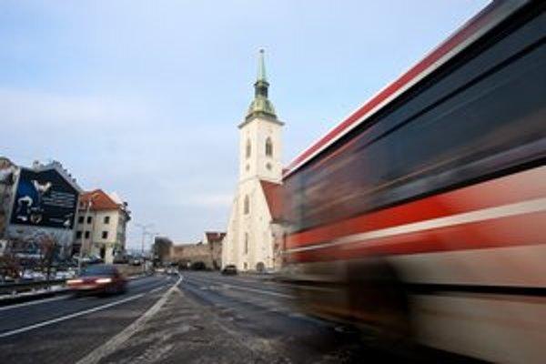 Sneh a soľ môže poškodiť zrekonštruovanú bielu fasádu katedrály. Chrám susedí s frekventovanou cestou.
