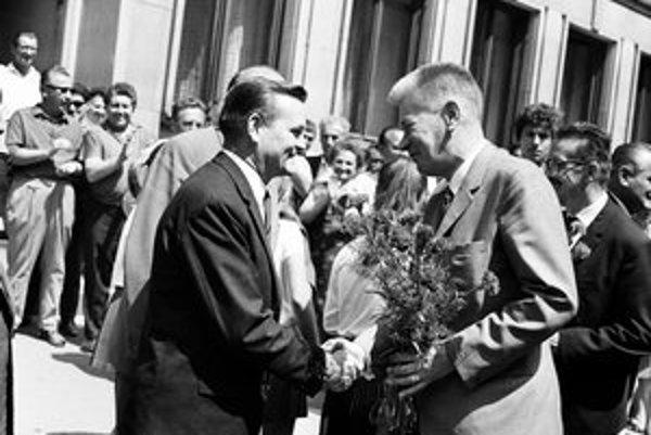 Oficiálna návšteva predsedu Národného zhromaždenia Josefa Smrkovského na Slovensku 3.-4.júla 1968. J. Smrkovského (vpravo) víta predseda Národného výboru hlavného mesta Bratislavy Milan Hladký (vľavo) na bratislavskej radnici.