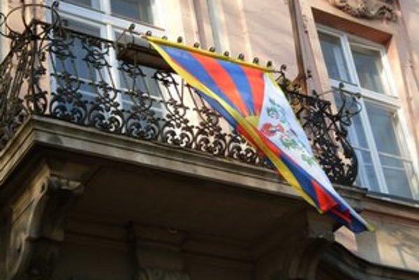 Tibetská vlajka viala na úrade Starého Mesta aj vlani.