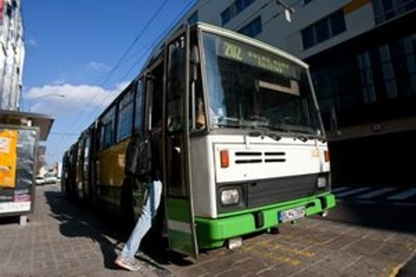 Na trolejbusovej linke 202 jazdia staré autobusy Karosy.