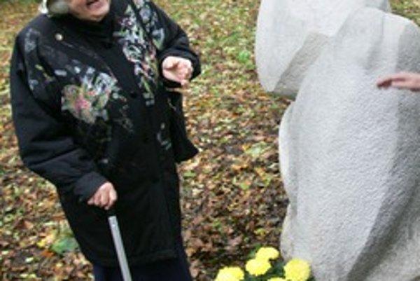 Eva Trizuljaková pri soche z dielne jej manžela v Horskom parku.