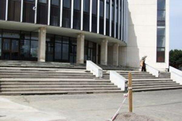 Prístup do kultúrneho centra by mali zrekonštruovať. Pôjde o kombináciu vydláždených schodov a výsadby.