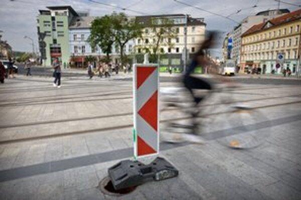 Šachta bez poklopu na Hurbanovom námestí v Bratislave.