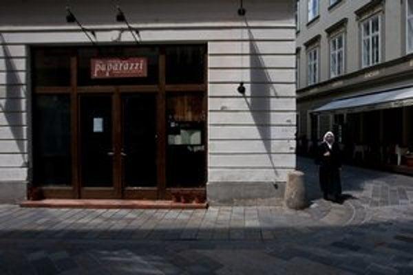 Reštaurácia Paparazzi sídlila na Laurinskej.  Keď prevádzku skončila, vzala si aj sochu.