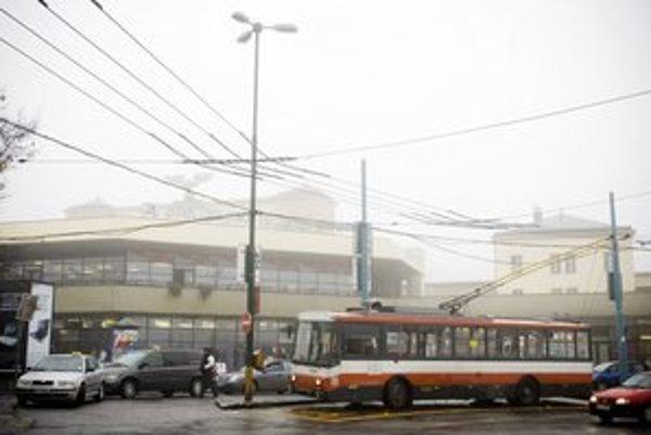 Trolejbusy v meste sú prestarnuté.