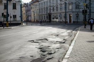 Rozbitú cestu v centre mesta neopravili ani tri týždne od nahlásenia.