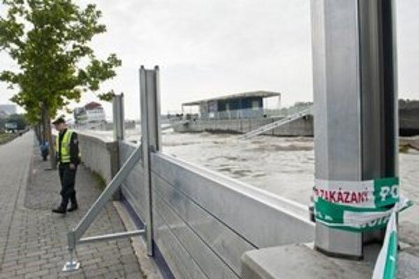 Dunaj stále stúpa.
