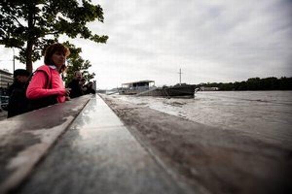 Ľudia sú na rozbúrený Dunaj zvedaví.