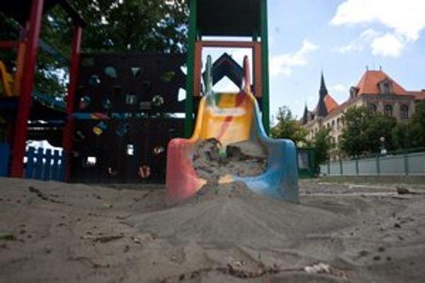 Detské ihriská pri Dunaji ešte nie sú pre deti bezpečné.