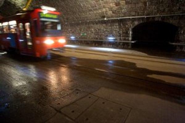 Voda je v tuneli stále.