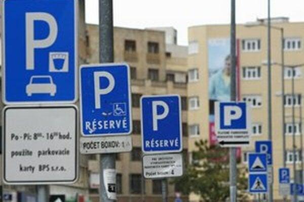 Bratislava rieši parkovaciu politiku.
