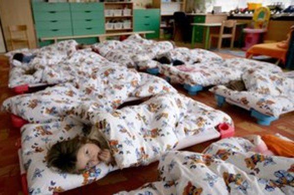 Na prihlásenie dieťaťa do materskej školy majú rodičia čas do polovice marca.