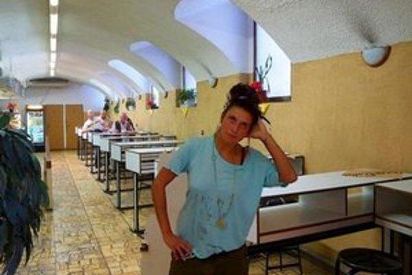 Jedáleň Karmína môžete sa tu najesť štýlovo na stojaka. Fotka vznikla na Dizajnvíkende, kde sa mohli ľudia fotiť pred kultovými miestami.