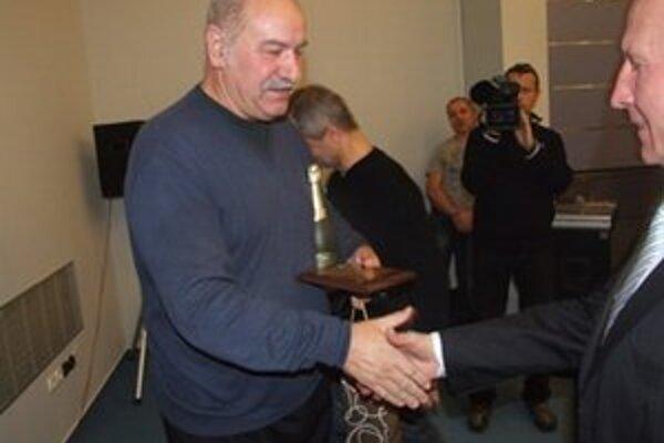 Jedenástka roka. Šesťdesiatročný Karol Ihring preberá cenu z príležitosti životného jubilea.