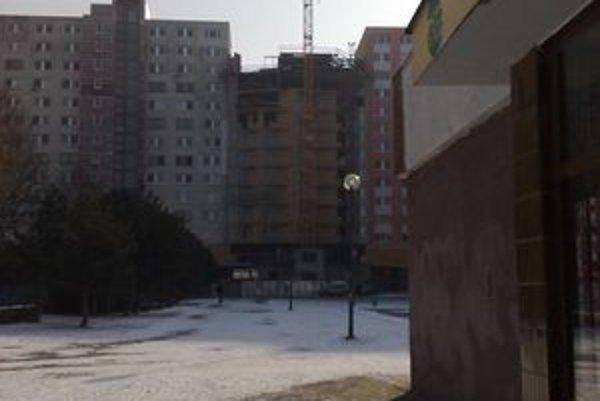 Stavba na Fedinovej medzi domami.