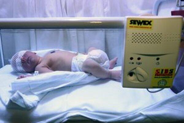 Bábätko sa narodilo pár metrov pred pôrodnicou.