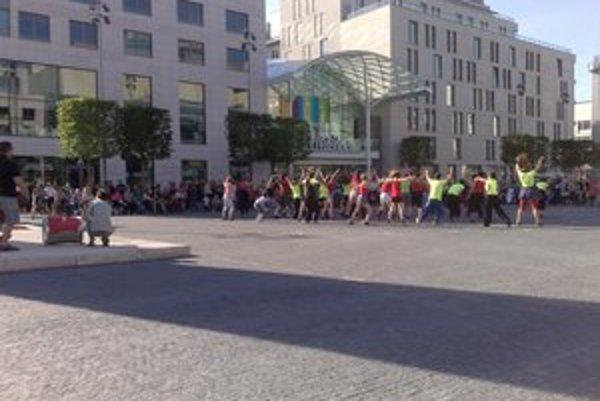 Tanečníci na námestí v Eurovea.