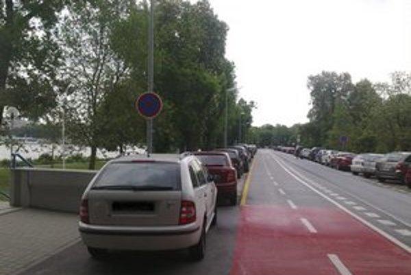 Situácia na Viedenskej ceste počas dnešného rána. Na ľavej strane cesty autá už parkovať nesmú.