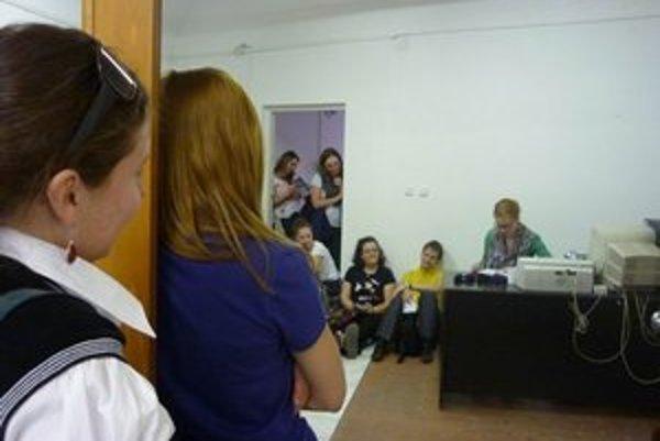 Herečka Kristína Farkašová čítala minulý rok na policajnej stanici v Starom Meste. Tento rok ju návštevníci Noci literatúry zastihnú v staromestskej sieni na Vajanského nábreží.
