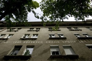 Obytný blok z 20. rokov 20. storočia patrí pre svoju architektúru k pamätihodnostiam Bratislavy, pre nápis o proletároch zas ku kultovým miestam.