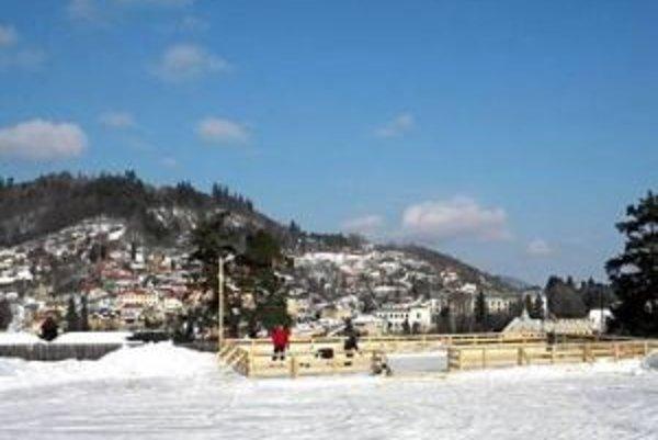 Klzisko pod Novým zámkom. Možnosť korčuľovania s výhľadom na historické centrum si minulú zimu ľudia pochvaľovali.