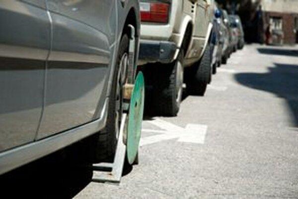 Odťahujú, ak auto stojí na mieste vyhradenom pre niekoho iného alebo tvorí prekážku v cestnej premávke. Inak treba čakať papuču.