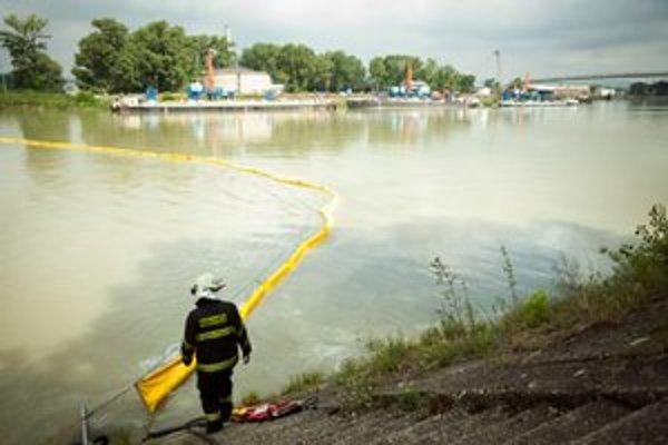 Hasiči zabránili úniku nafty do hlavného toku nornými stenami.