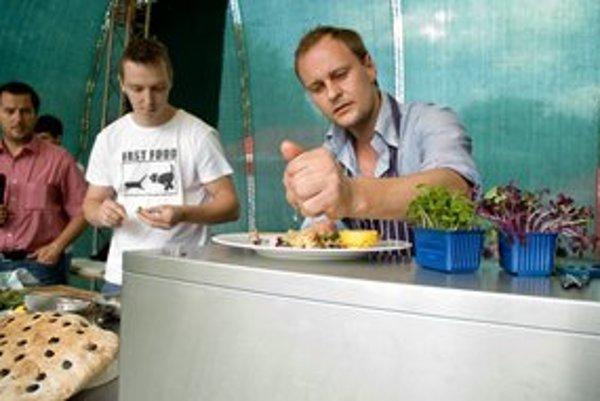 Bývalý hokejista, dnes šéfkuchár Marcel Ihnačák ukazoval, ako robí šaláty.