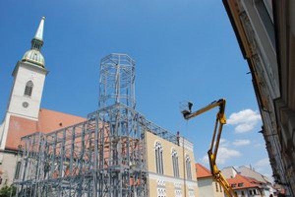 Kulisa je 60-percentná zmenšenina pôvodnej stavby z roku 1893. Včera ju dokončovali.