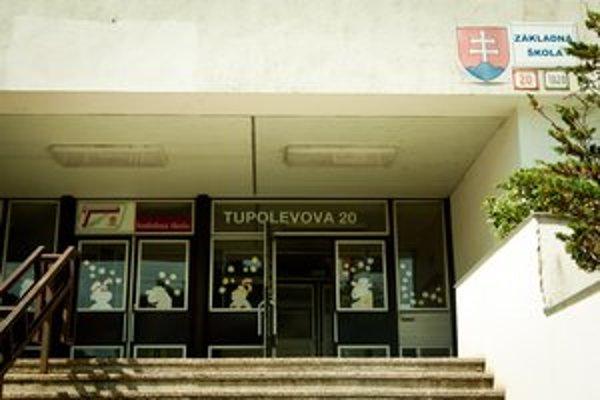 Škola zostala prázdna tesne pred prázdninami.