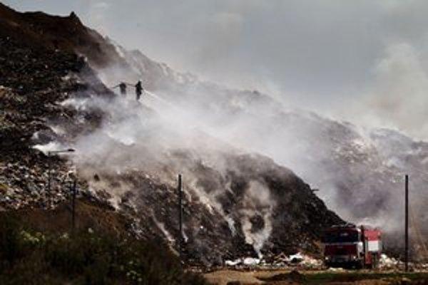 Oheň vypukol po jednej hodine ráno, zo skládky sa dymilo aj poobede.
