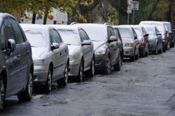Na vodičov dnes ráno čakali zasnežené autá.