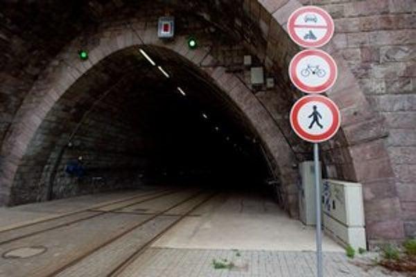 Kto poruší zákaz hrozí mu pokuta. Tunel láka peších aj cyklistov.