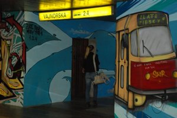 Graffiti môže pôsobiť zmätočne. Svetelnú navigáciu mesto opravilo.
