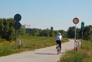 Cyklisti na Slovensko prichádzajú cez zákaz vjazdu.