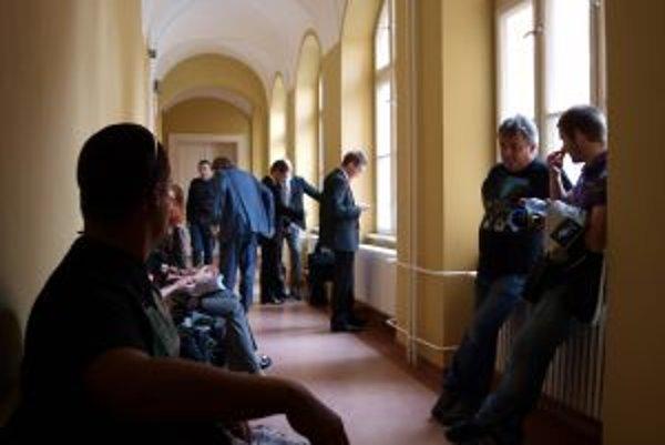 Na rozhodnutie súdu o zámere ťažby zlata v Kremnici dnes na Krajskom súde v Banskej Bystrici čakali aj médiá.