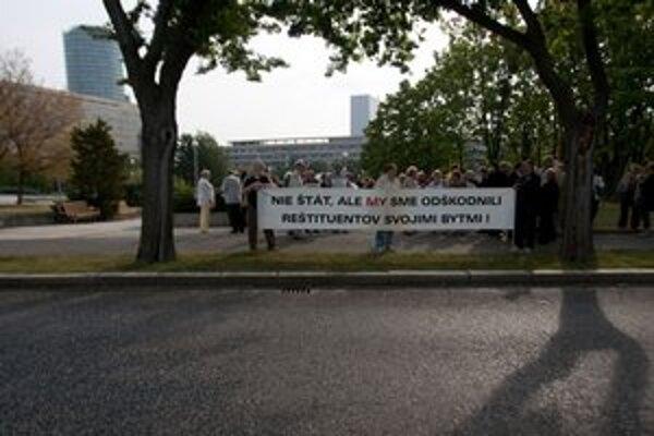 Pred palácom, kde zasadala vláda, sa zišli desiatky ľudí.