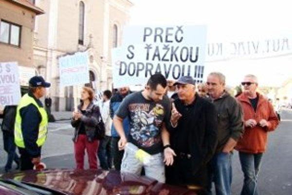 Protest Modranov priniesol aj vyhrotenú situáciu.