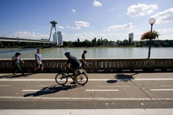 Cyklotrasa vedie stredom promenády.
