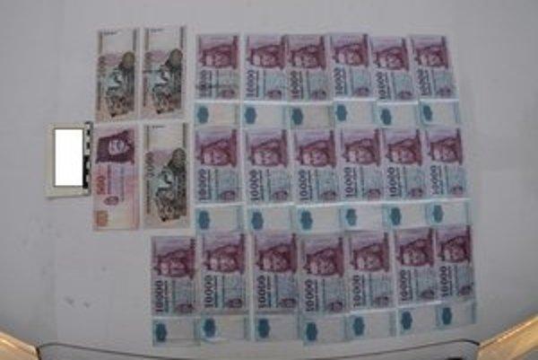 Bulhar z auta vyhodil ukradnutých 196.500 forintov.